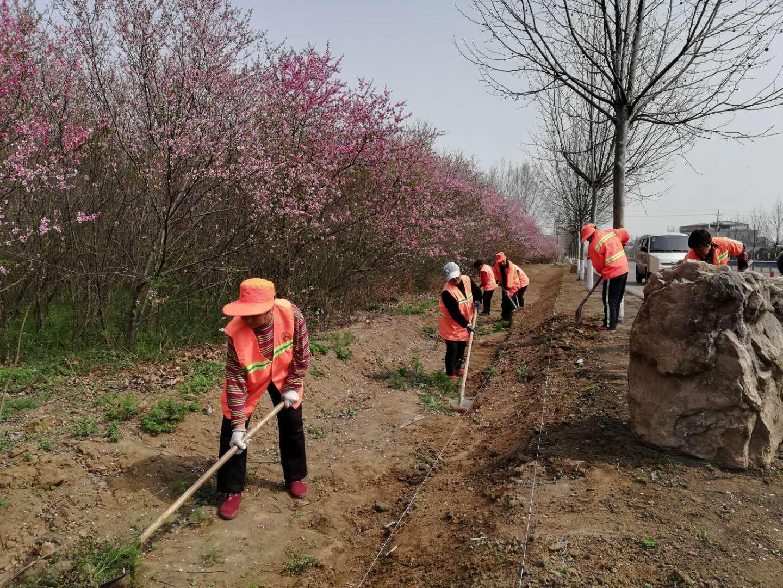 S324养护人员在修整道路边沟.jpg